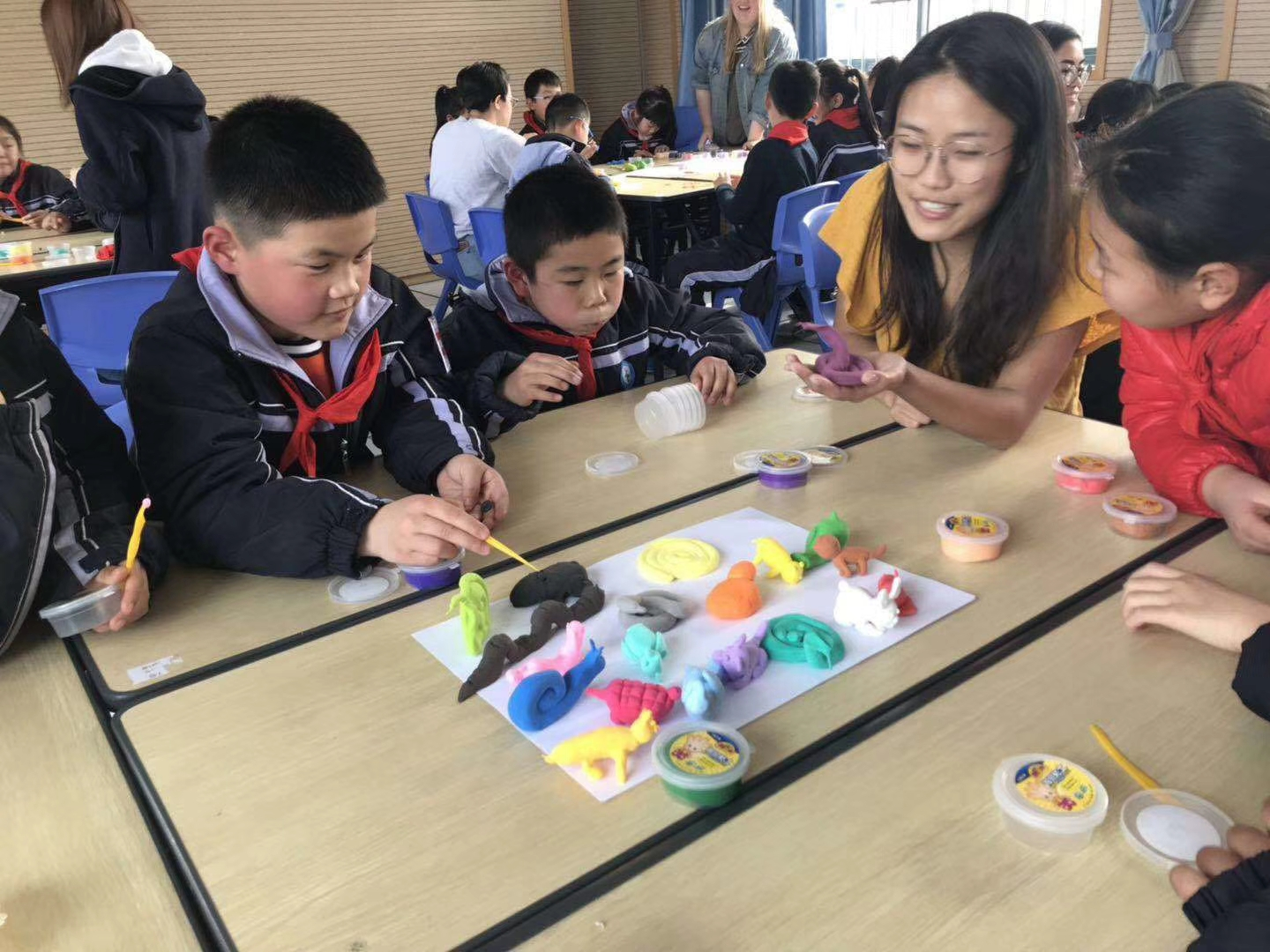 Xiaoyan leads students in an art therapy exercise