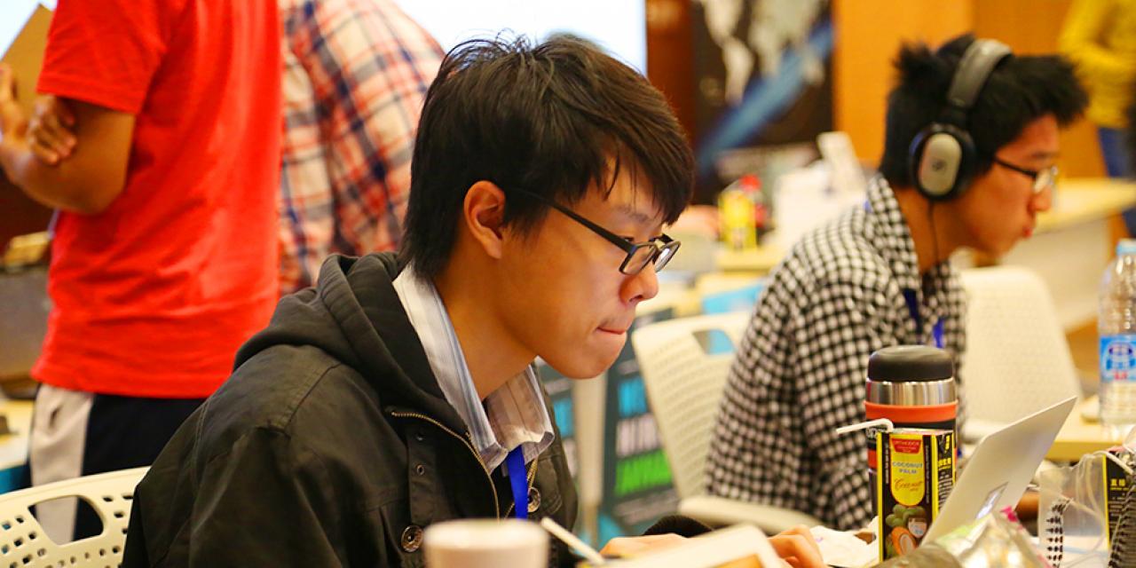 2015年11月7日至8日,上海纽约大学迎来了来自25个国家的创客高手,开启第二届中国最大规模的双语青年创客大赛。赞助者们与选手们济济一堂,享受共同参与、共同创新的乐趣。 (摄影:胡文倩)