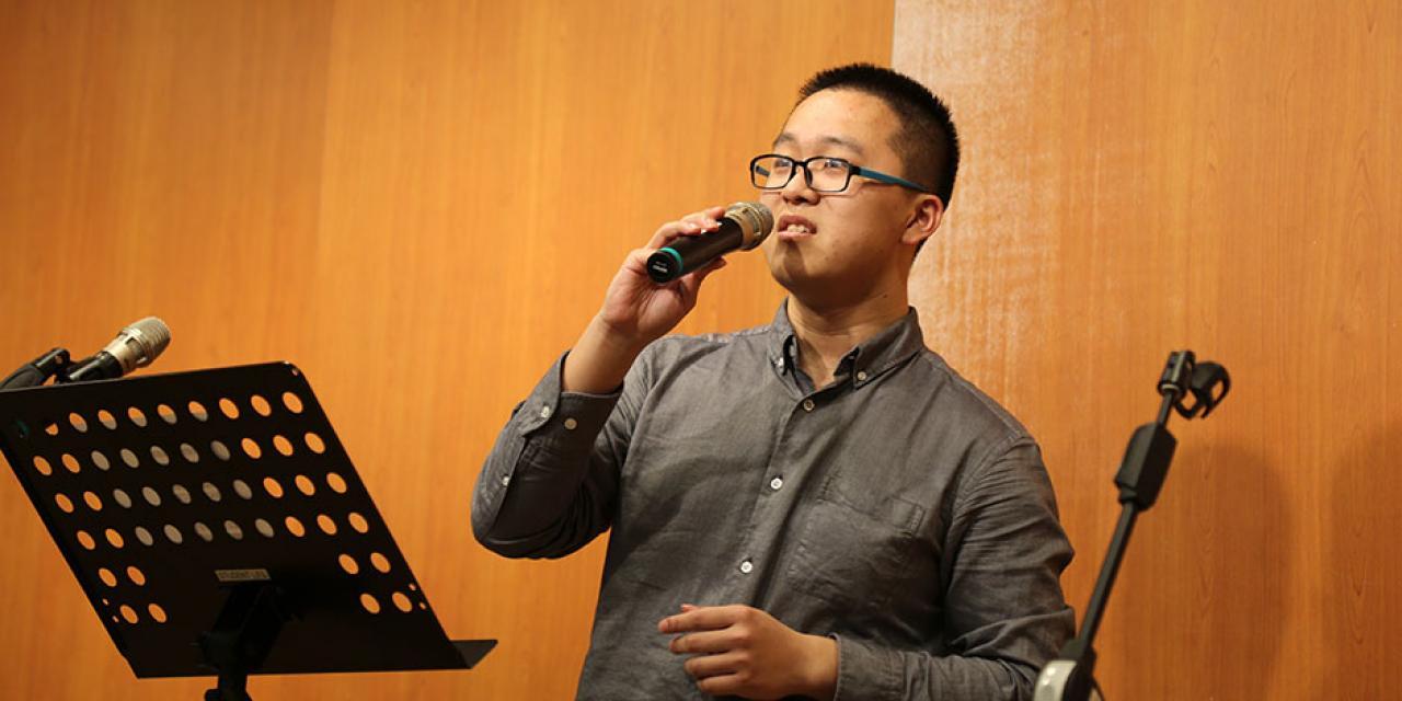 2015年4月29日,在上海纽约大学的音乐主题活动中,同学们纷纷上台表演节目,从中文经典传统到英文现代流行乐,从古筝到萨克斯,中西合璧,异彩纷呈。这场音乐盛宴,让我们得以在跨文化的交流体验中,互相分享音符跳动中的快乐与喜悦。 (摄影:王孙怡)