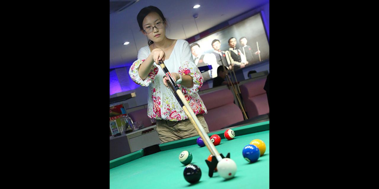 """2015年8月28日傍晚,上海纽约大学新生参加""""保龄球与桌球之夜""""活动,学生积极参与,现场气氛十分热烈。(摄影:Dylan J Crow)"""