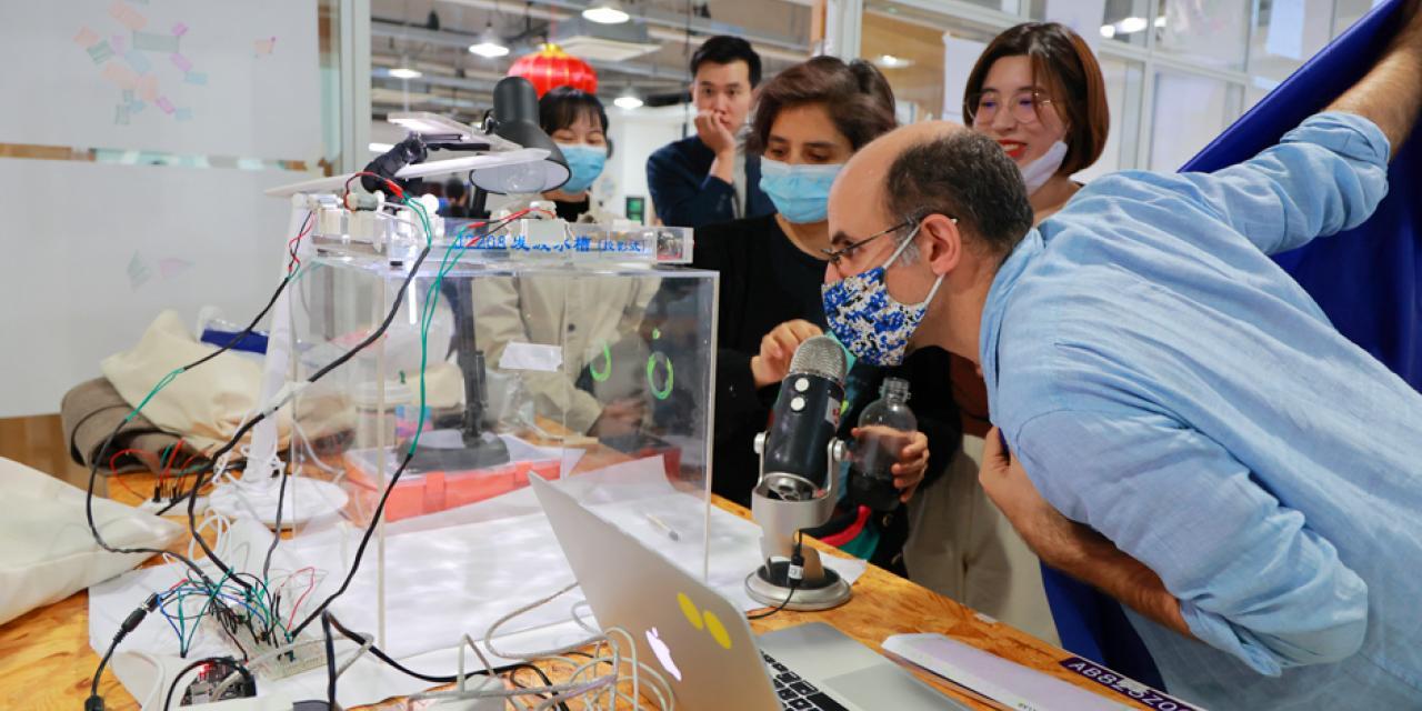 """互动媒体艺术:交互实验室2022届学生杨加尼设计了""""干涉液体耳机""""。这是一款声控机器,展示声波如何在水中传播、振动和干涉。"""