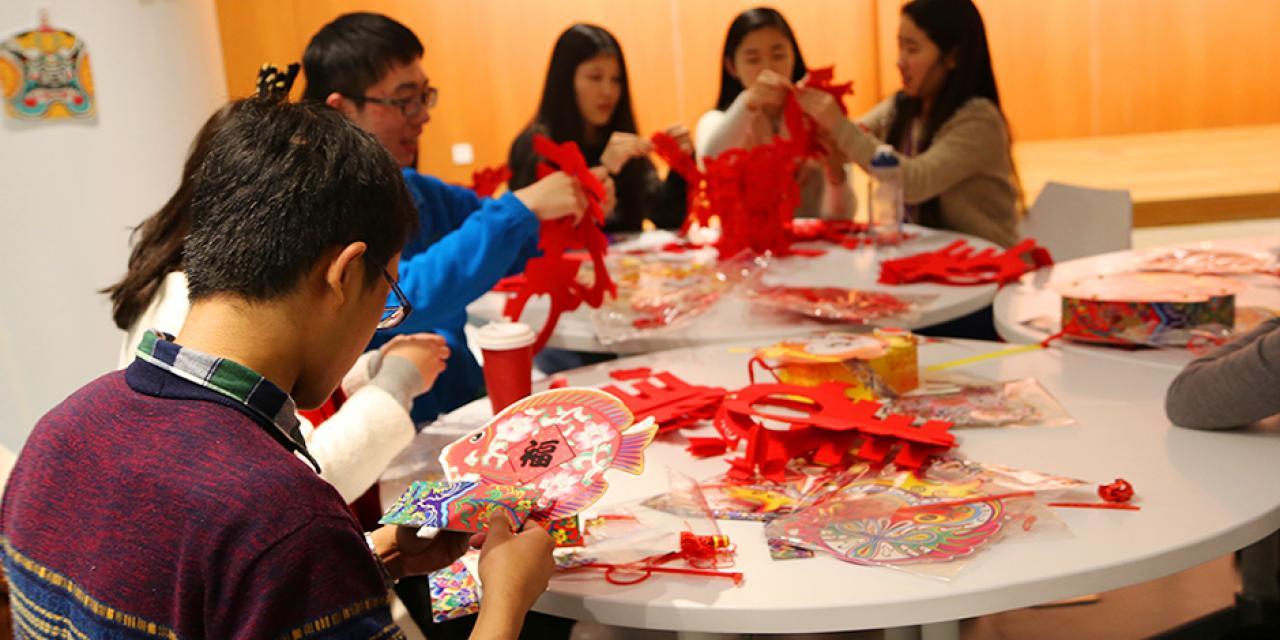 2月22日,中外学生齐聚餐厅欢度元宵节。搓汤圆、写对联、做灯笼、打灯谜……在喜庆的中国民乐里,在重温节日的传统活动中,大家尽情享受元宵佳节带来的乐趣!(摄影:胡文倩)
