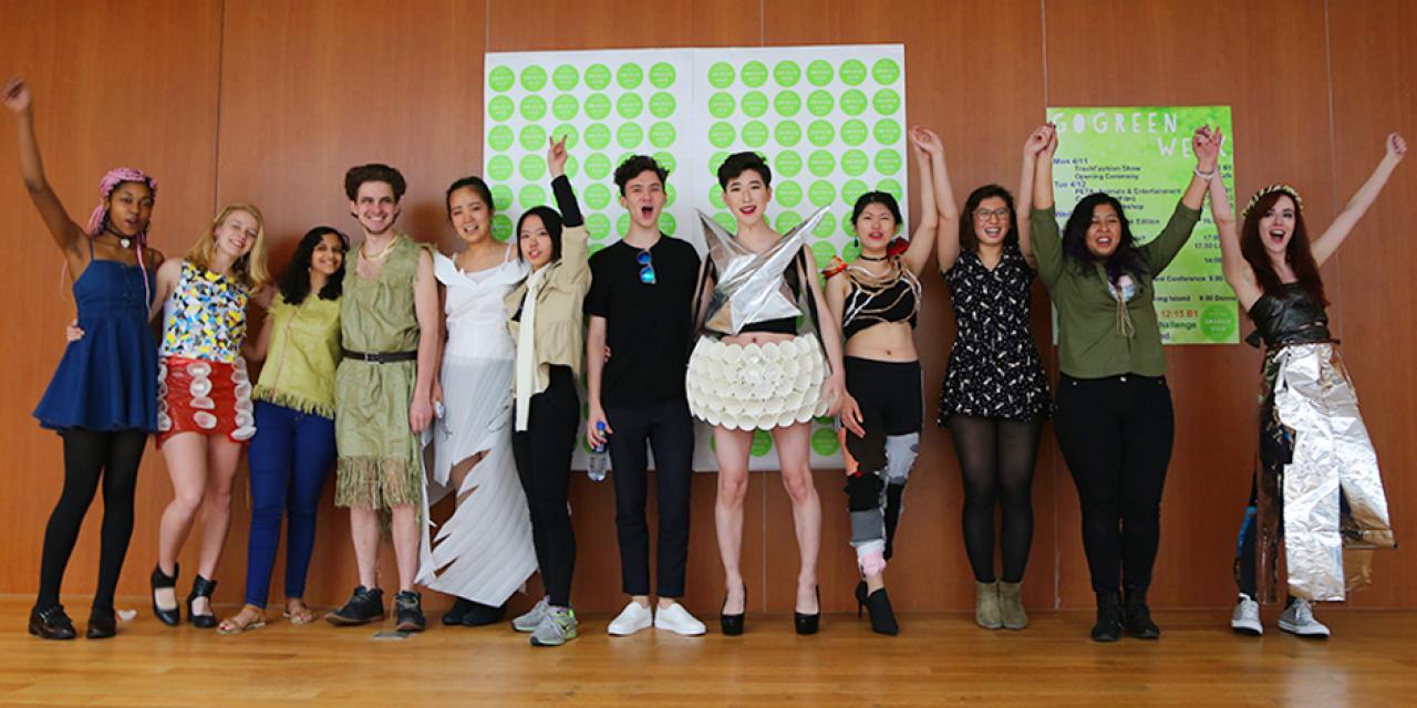 上海纽约大学四月绿色周(GoGreen Week)于4月11日拉开了序幕!中外创业家、艺术家和环境学者来到校园,与同学们分享并践行可持续发展理念的多元故事与创业经验。11日中午在餐厅举办的利用废弃材料设计的时装秀(Trash Fashion Show)让大家眼前一亮!(摄影:吴眉)