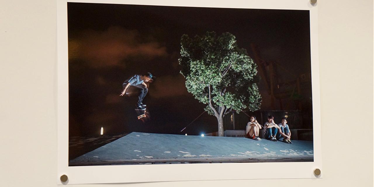 12月8日下午,上海纽约大学美术馆展出摄影入门课同学的期末作品,包括照片和影像。张健君教授作为指导老师,为这些作品的创新视角深感自豪,他与芭芭拉教授希望同学们永远不要放下手中的相机,通过捕捉和思考,享受生活中无处不在的艺术。  (摄影: NYU Shanghai)