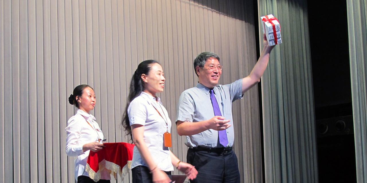 8月24日,上海纽约大学2019届新生齐聚浦东图书馆演讲厅,接受由浦东图书馆赠予的免费图书馆借阅卡。(摄影:上海纽约大学)