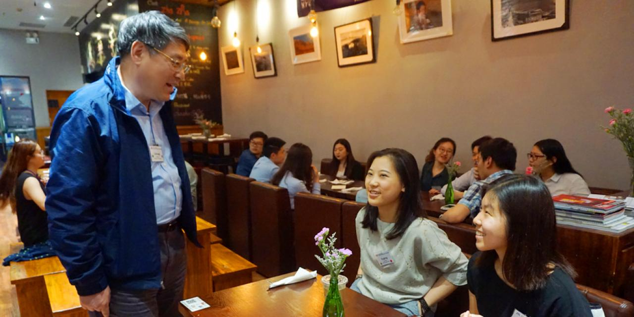 On May 11, the NYU Alumni Executive Mentor Program saluted 31 alumni professionals and their mentee students at an annual appreciation dinner celebrating the completion of yet another successful academic year. (Photo by: NYU Shanghai)