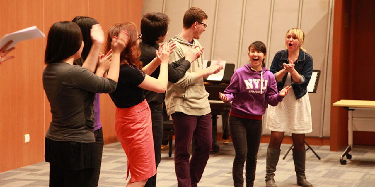 11月13日, 我校学生热力四射义演筹款助贫。同学们热情地演出,宣讲激励大家关心并对贫困地区的人们伸出援助之手。(摄影:Kylee Madison Borger)