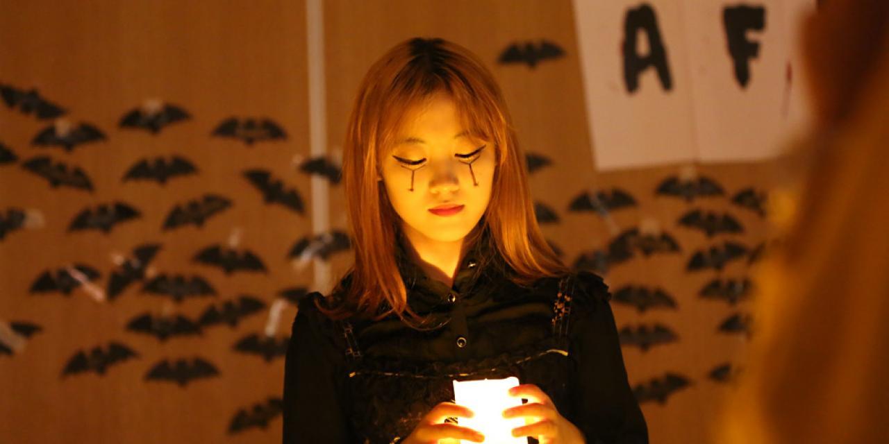 """10月31日晚,上海纽约大学学生会在教学楼15层举办了一场精彩纷呈的万圣节狂欢活动。学生与教职员工挑战 """"末日鬼屋"""",唯有临危不惧者方能成功穿越。(图:上海纽约大学)"""