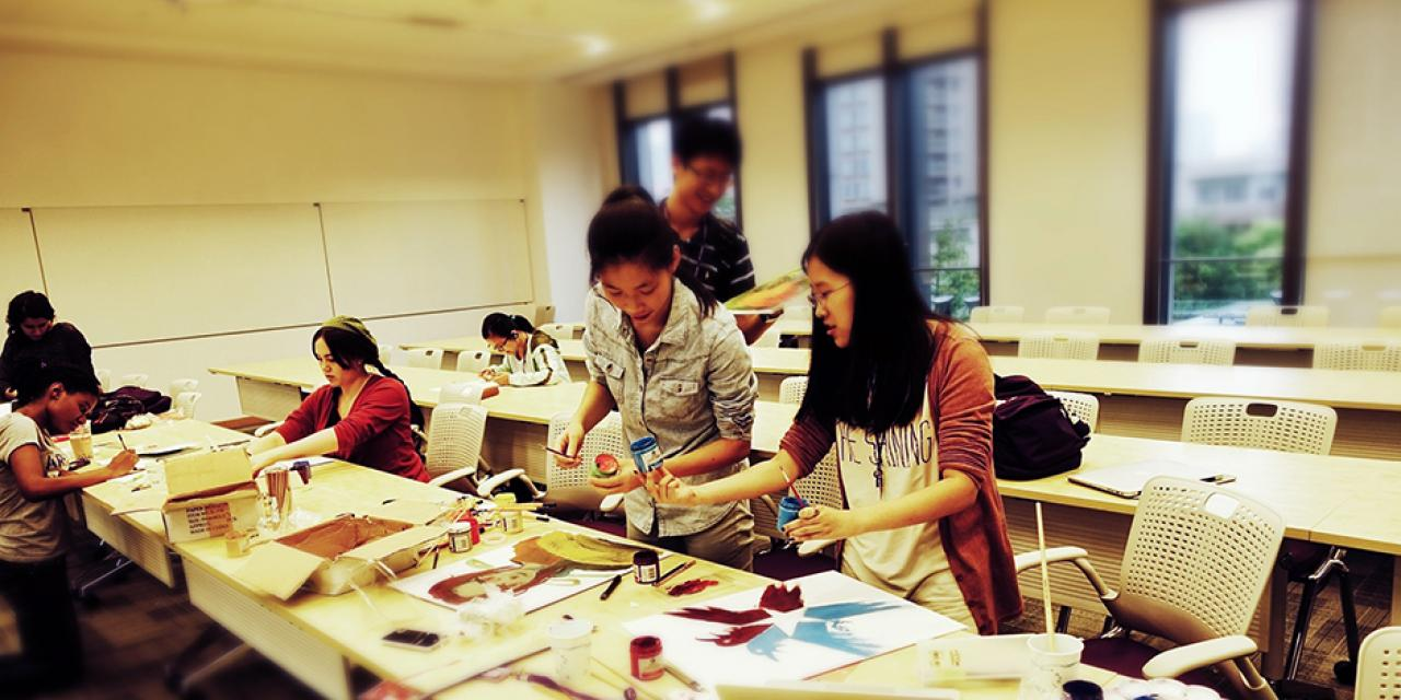 Activity of Artist's Guild: Drawing on Canvas, September 25, 2014. (Photo by Mei Wu)