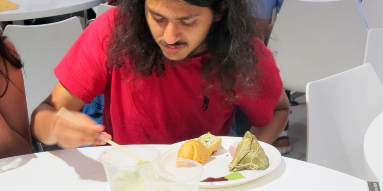 """9月28日,一年一度的上纽大""""饺子节""""又登场了!学校餐厅准备了一万个饺子, 让同学们品尝到各种馅料的饺子。国际学生还忙着向大厨学包饺子。这项也许只有在中国才能get到的技能,一定会在今后让他们在自己的国家和世界各地发扬光大。(摄影:NYU Shanghai)"""