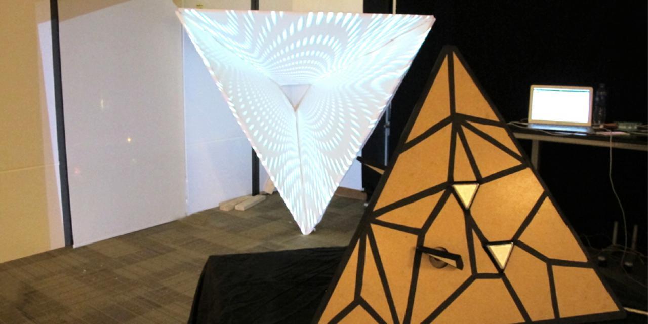 12月13日,互动艺术媒体专业的期末秀吸引了大批参观者。互动媒体艺术副主任Matthew Belanger教授表示,学生对这场期末秀表现出极大热情,期末秀即将开始的十分钟前,还不断有新作品加入。(摄影:NYU Shanghai)