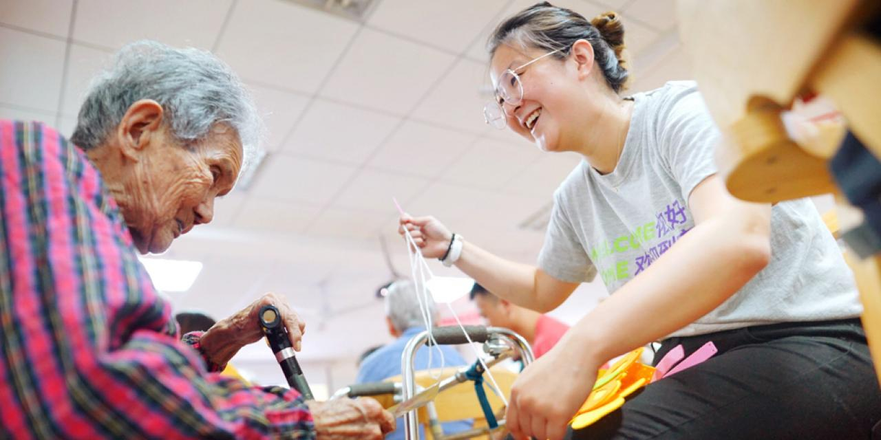Students volunteered in Huamu Nursing Home in Pudong.