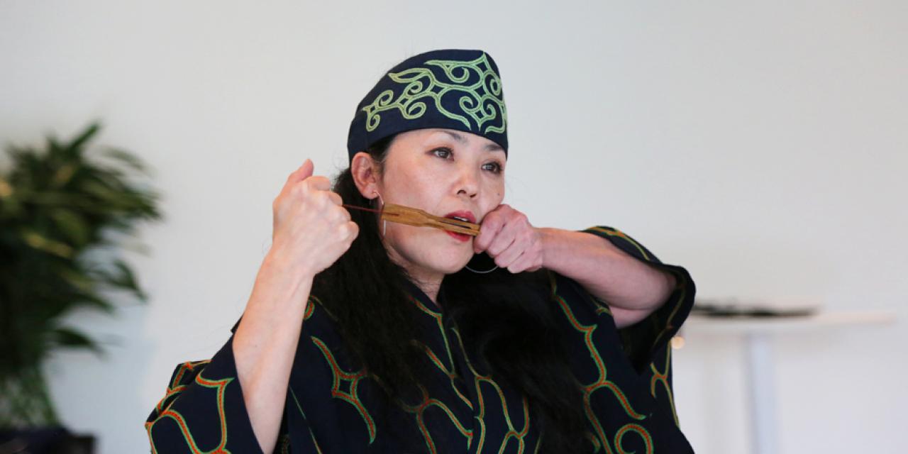 Hayasaka Yuka演奏mukkuri(北海道阿伊努人的竹制口簧琴)。 Mukkuri的簧片与绳子相连,绳子向外拉后,簧片产生振动。Hayasaka也会向女儿和孙女传授阿伊努的传统文化、歌曲和舞蹈。