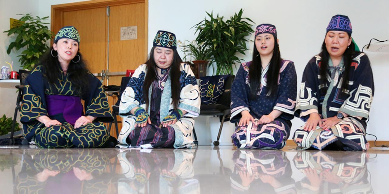 左起:Hayasaka Yuka,Kagaya Kyoko,Hayasaka Yuni和Fujioka Chiyomi。她们分为多个声部,吟唱了由六部分组成的歌曲upopo,这种阿伊努歌曲常用于仪式奏乐。歌曲中的旋律代表自然元素,比如:风、太阳和海洋。