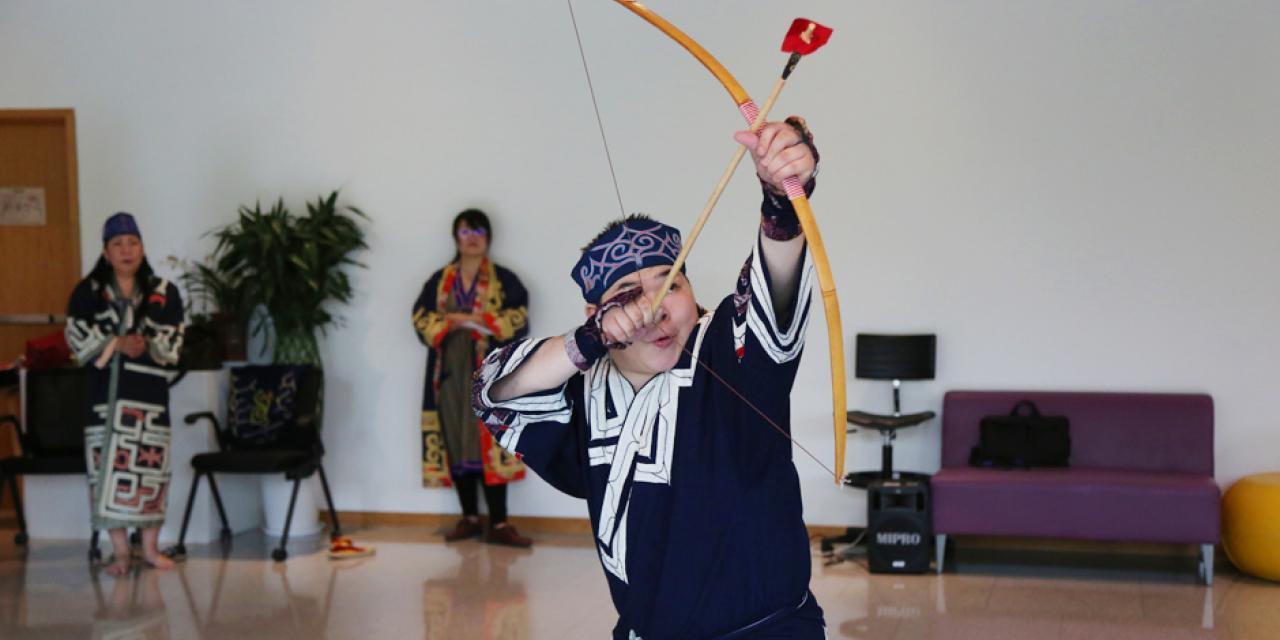 Yoshida Yasunori表演ku-rimse(弓箭舞),舞蹈讲述一位猎人陶醉于鸟的美丽,而忘了放箭。