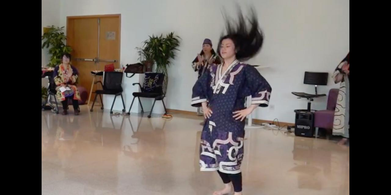 In the Futtarechui (the black-haired dance), the vigorous movement of the dancers and their waving hair represent the movement of willow trees in the wind.