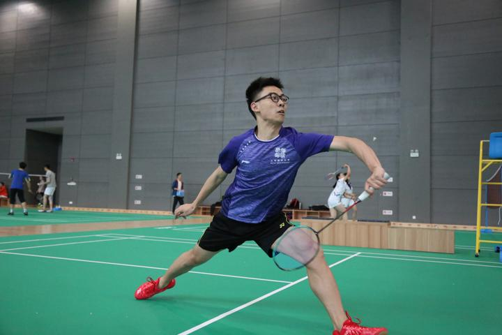 In the semi-final, the badminton team went up against UNNC, narrowly missing a chance to play in the final. The combination of Lv Siyi '21 and Ethan Huang '21 in the men's doubles was particularly fierce, drawing the attention of the entire gymnasium.
