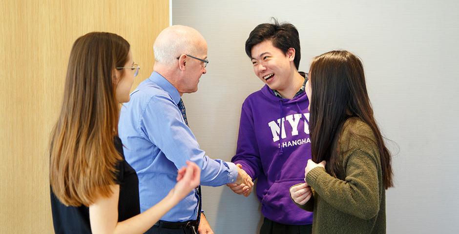 今年一月刚刚履新纽约大学校长的Andrew Hamilton于二月底访问上海纽约大学、参与了校园日活动。在回答有关中国大学在奋力追求世界一流大学、一流学科的提问时,他称必须坚持两件事:方方面面追求卓越,以及营造开放的辩论氛围。(摄影:NYU Shanghai)