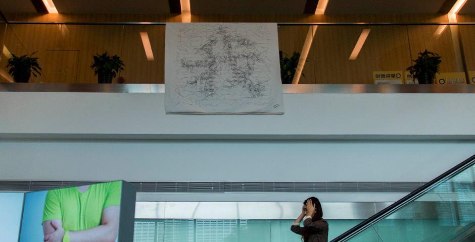 """10月14-15日,上海纽约大学互动媒体艺术(IMA)专业的师生携多部作品,参展2017上海创客嘉年华。活动在上海创智会展中心举行,上纽大参展作品包括""""能进行艺术创作的机器人""""、""""互动餐桌"""",以及一曲响应式即兴舞蹈,赢得参展观众的关注与好评。(摄影: Leon Lu & 陈梦竹)"""