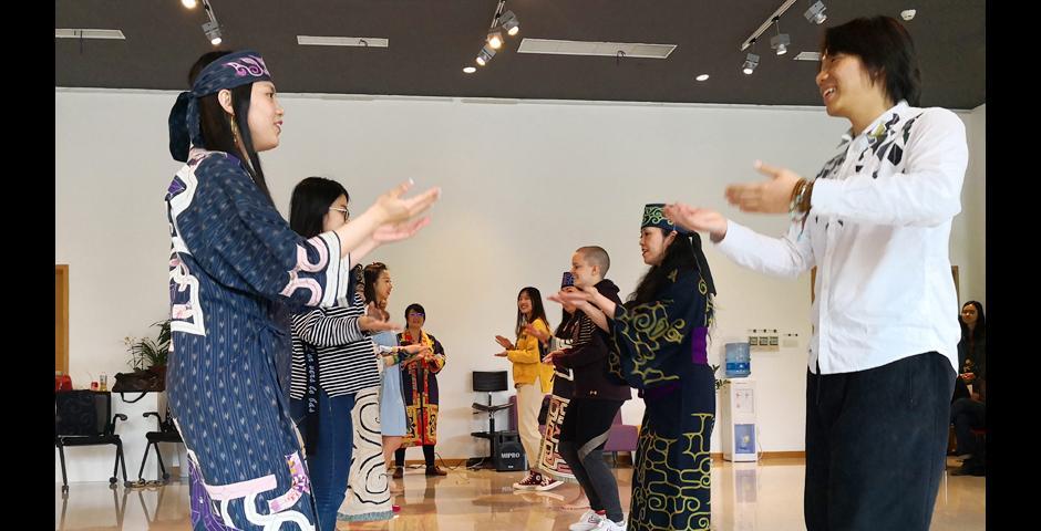 Sapporo Upopo Hozonkai表演团成员和学生结对跳迎宾舞。