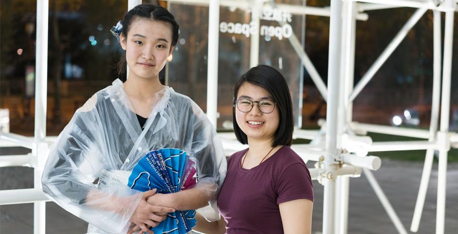 """变废弃物为时装,4月16日,上海纽约大学""""GoGreen""""社团的成员走出校园,与上海喜玛拉雅美术馆(上海种子)合作,在美术馆外的""""远景之丘"""",走了一场不同凡响的""""弃物重纫时装秀""""。这场时装秀也拉开了一年一度""""绿色周""""(GoGreen Week)的序幕。(NYU Shanghai)"""