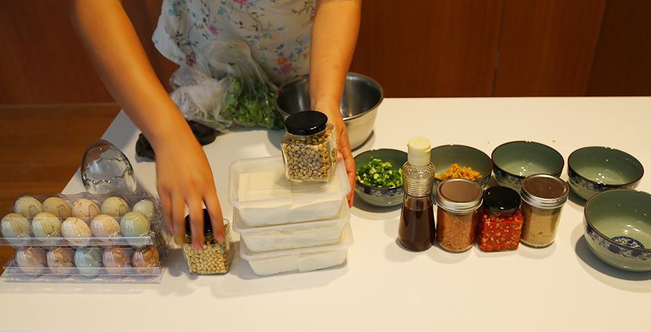 """10月9日, 学生俱乐部""""绿色上海""""组织的""""绿色农场""""活动在餐厅与同学见面。同学们在品尝纯天然美味的同时,坚定了绿色环保的生活理念。(摄影:Shikhar Sakhuja)"""
