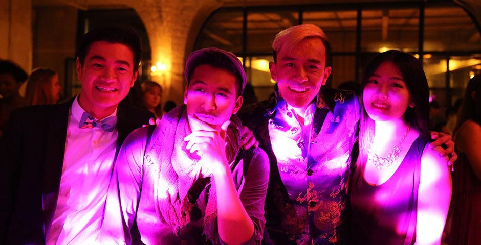 4月24日晚,上海纽约大学春季舞会(Spring Formal) 在1933老场坊拉开序幕。同学们换上美美的礼服和帅气的西装一起跳舞一起拍照,在这个别致的地方和老朋友联络感情,和新朋友相识聊天。 (摄影:Kevin Pham)