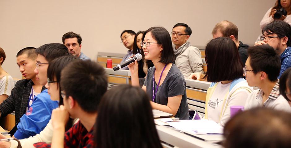 10月13日晚,上海纽约大学美术馆Making Waves with Moving Images 电影艺术系列拉开帷幕。首位嘉宾是中国电影人郑大圣导演。他的纪录片《DVChina》生动纪实了一群乡村文化工作者的DV拍摄苦旅。观影后,导演分享了拍摄的起源以及背后的花絮, 观众被真实的故事和这一独特形式的中国梦深深打动。(摄影:胡文倩)