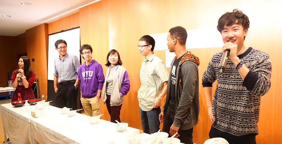 11月19日下午,餐厅排起长队,饺子节准备了一万个饺子、各种游戏,以及DIY,上纽大的吉祥物麒麟和饺子、小笼包一起上阵啦! (摄影: Dylan J Crow)
