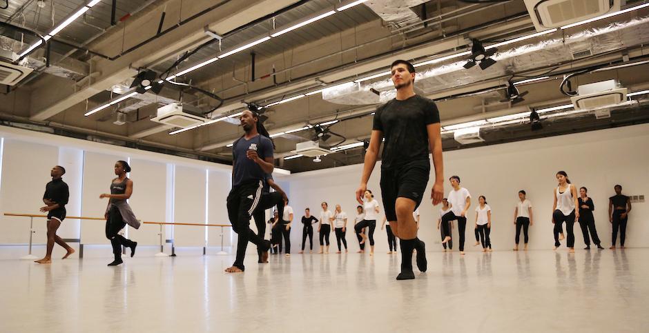 除了上纽大,代顿当代舞蹈公司还到访了上海师范大学和苏州艺术学校,舞团的此行由美国驻上海领事馆赞助支持。图为舞者Robert Pulido介绍新的舞步。