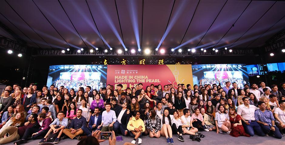 5月22日晚7点,东方明珠塔点亮紫罗兰色,祝贺上海纽约大学2018届本科生毕业。当晚,毕业生在东方明珠塔广场区献上一场文艺汇演,展示了同学们的青春风采,以及回馈社区的社会责任心。(摄影: NYU Shanghai)