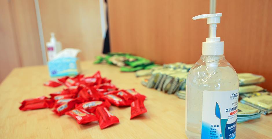 接种师生需在留观室接受观察30分钟,若无不适症状,待志愿者查验留观注意事项卡后方可离开。在留观区,工作人员准备了饼干、坚果和糖果等零食供大家享用。消毒液和口罩等防护用品更是无处不见。