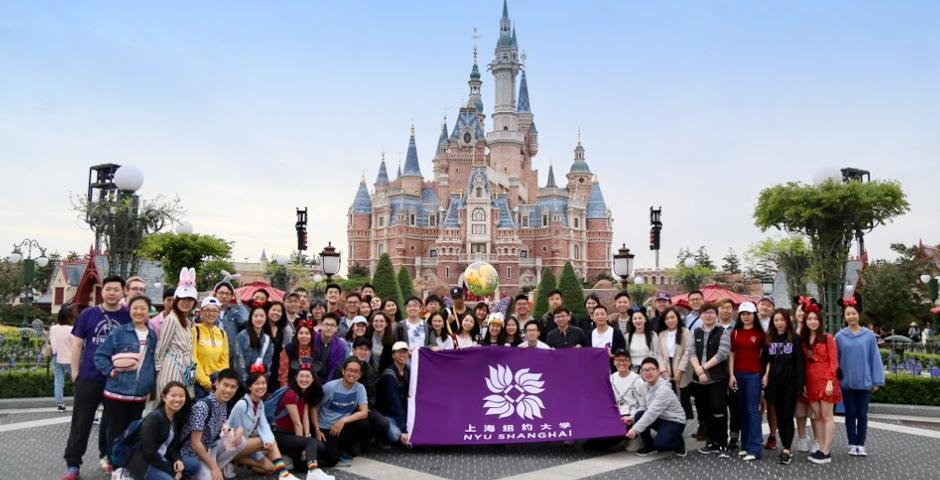 4月20日为毕业生的迪士尼日。毕业生们在上海迪士尼乐园的城堡前合照。