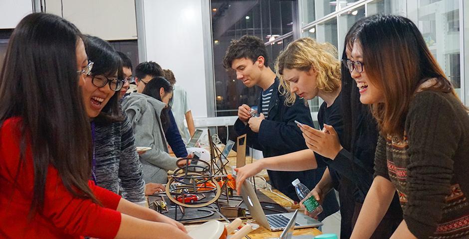 """12月11日,IMA交互媒体与艺术学生期末展精彩亮相。太阳能随身充电宝、Wifi心脏监控器、""""走不出校长视线的我""""……只有想不到,没有做不到,同学们的奇思妙想和心灵手巧再次引爆上海纽约大学的创意之夜。 (摄影:吴眉)"""