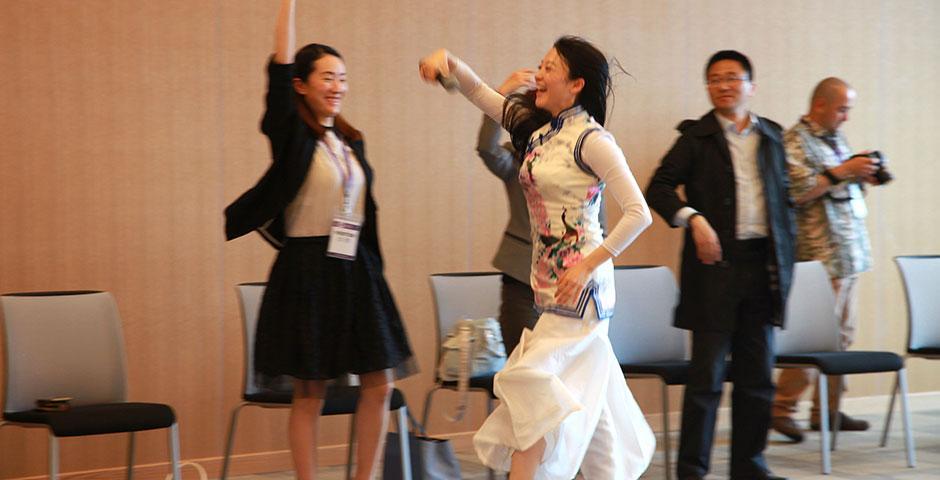 """4月30日,NYU Shanghai请来了Yarose传奇舞蹈空间的创始者姚捷女士。她在自己的事业高峰毅然辞去高管职位,投身舞蹈,与人们分享美丽提升心灵。她的感染力与正能量传递给在场的所有人,让大家体验了诗经中""""手之舞之,足之蹈之""""的畅快与乐趣。(摄影:Danni Wang)"""