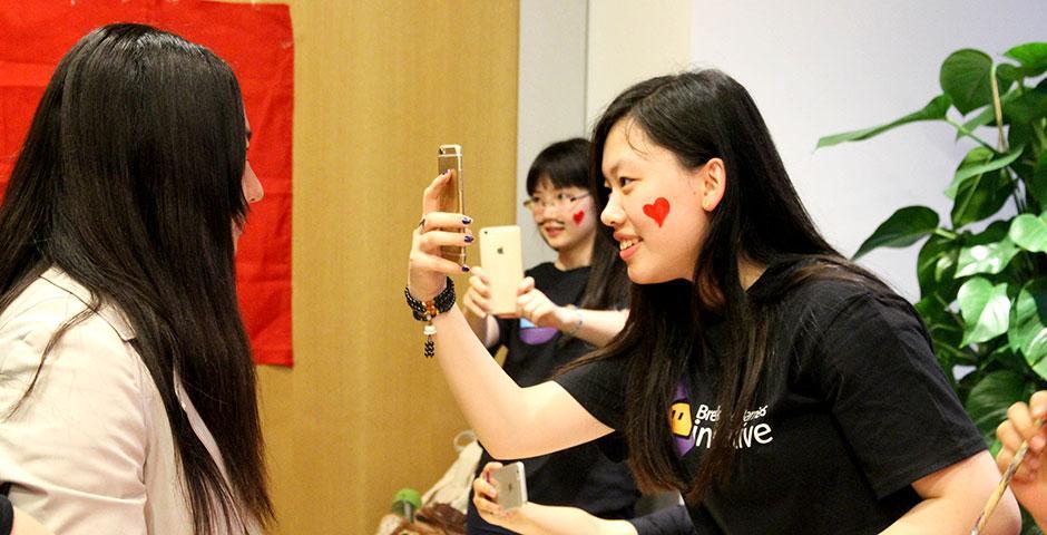 2015年5月7日, 大一和大二的学生欢聚一堂, 享受期末考试之前的文化之夜。 (摄影:许志健)