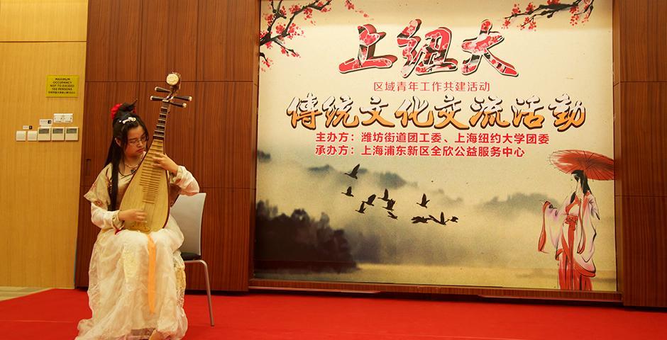 10月8日晚,潍坊街道团委与上海纽约大学团队联合举办了一场传统文化交流活动。中国学生和国际学生们,纷纷穿上汉服,手持圆扇,欣赏书法,共同感受中国传统文化的博大精深。(摄影:Leidy Tapasco)