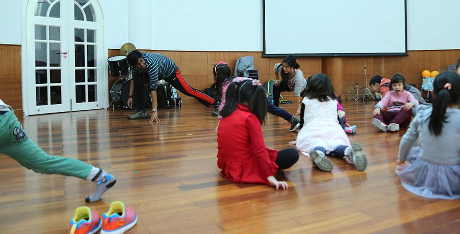 NYU Shanghai's Xiao Long Shakers hold a weekly volunteer dance workshop at Songlin Kindergarten, where students will perform their routines at the end of the semester. March 24, 2015. (Photo by Kevin Pham)
