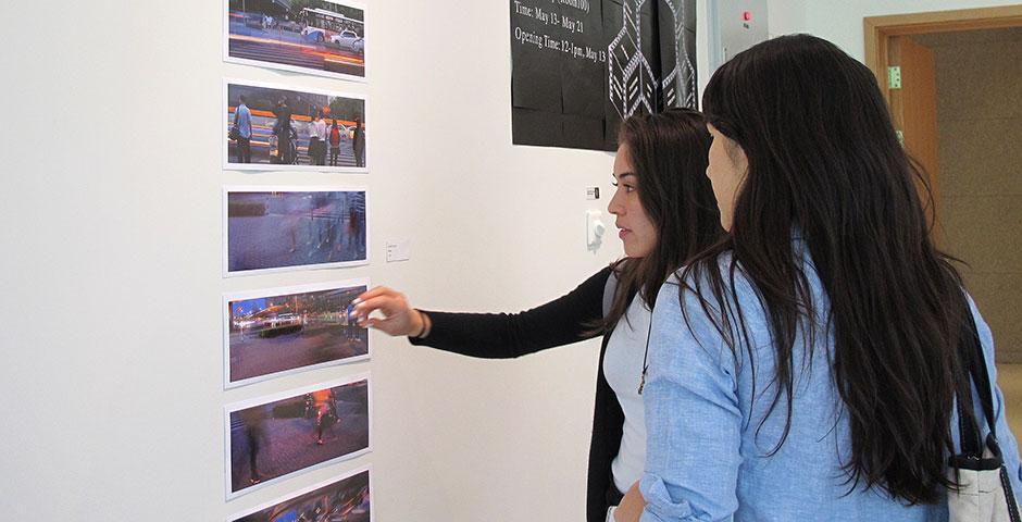 2014年5月13日,由艺术教授芭芭拉和张健君指导的学生艺术展在一楼展览厅开帷幕。展示的作品从灵感、拍摄、冲印到编绘,都由每个学生独立制作完成。表现主题分别为城市的光影、概念、心绪以及表象之下的含义。