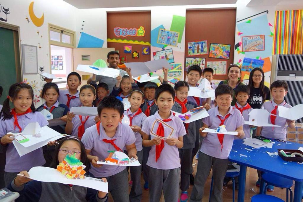 2015年5月13日,上海纽约大学艺术教授玛丽安(Marianne Petit)老师一行来到上海民办福山正达外国语小学, 为孩子们上了一堂别开生面的手工课。