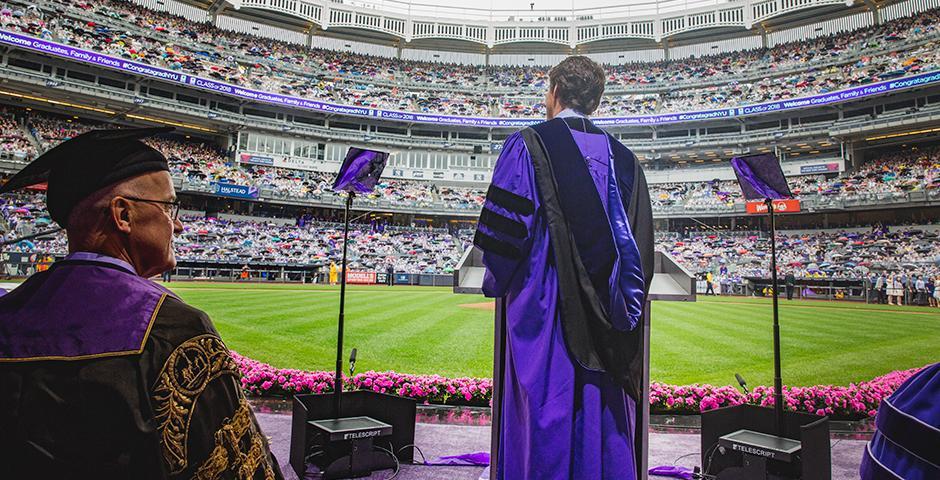 当地时间5月16日,星期三,纽约大学举行了第186届毕业典礼,位于布朗克斯的洋基体育场化身一片紫色的海洋。