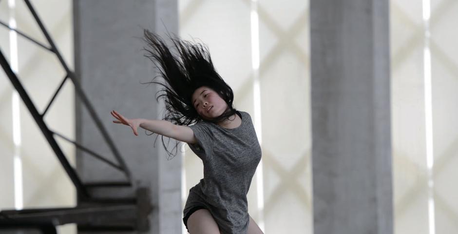 《不止为镜头而舞》是上海纽约大学舞蹈教授、艺术家、编舞家罗红玫,与纽约大学上海舞蹈项目及上海的三所艺术场馆合作的舞蹈影像作品。该系列用镜头捕捉下多个舞蹈作品。