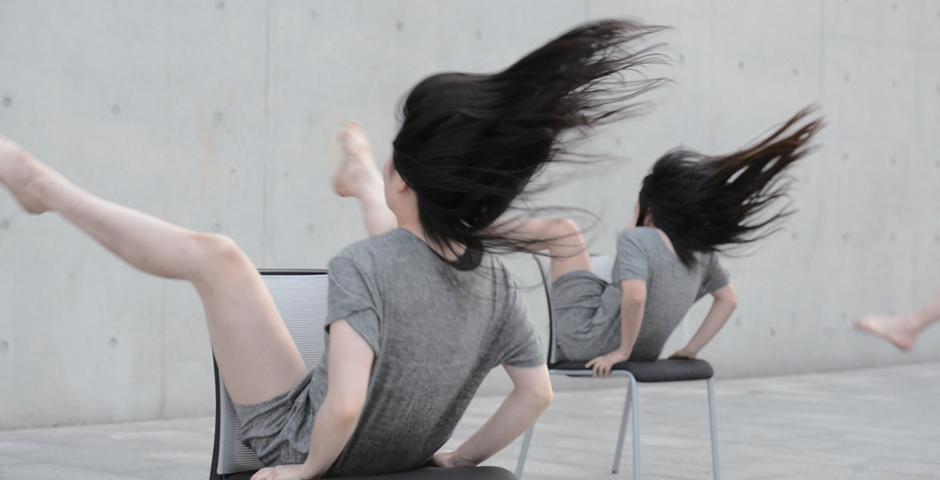 在龙美术馆表演的《转点》中,舞者在原先为工业厂房的水泥柱前进行演出。