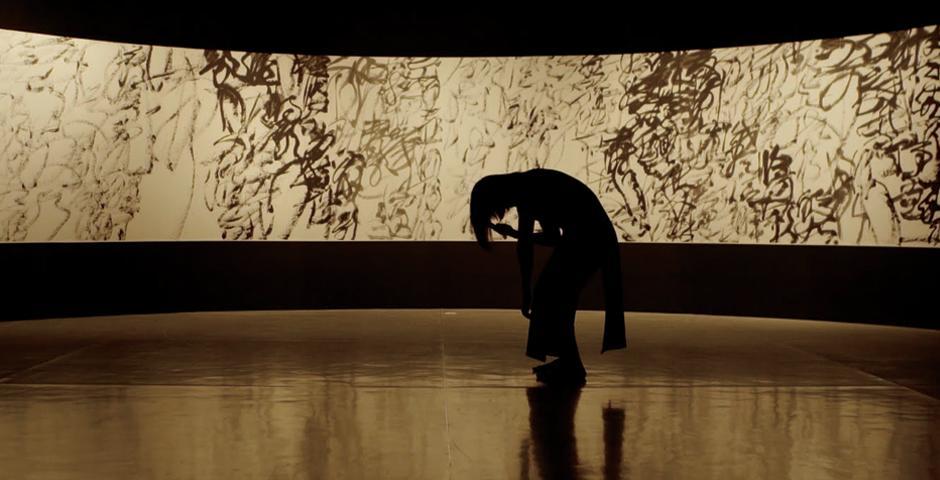 作品《苦涩》中,罗红玫的学生在画家王冬龄位于上海当代艺术馆的作品前表演。
