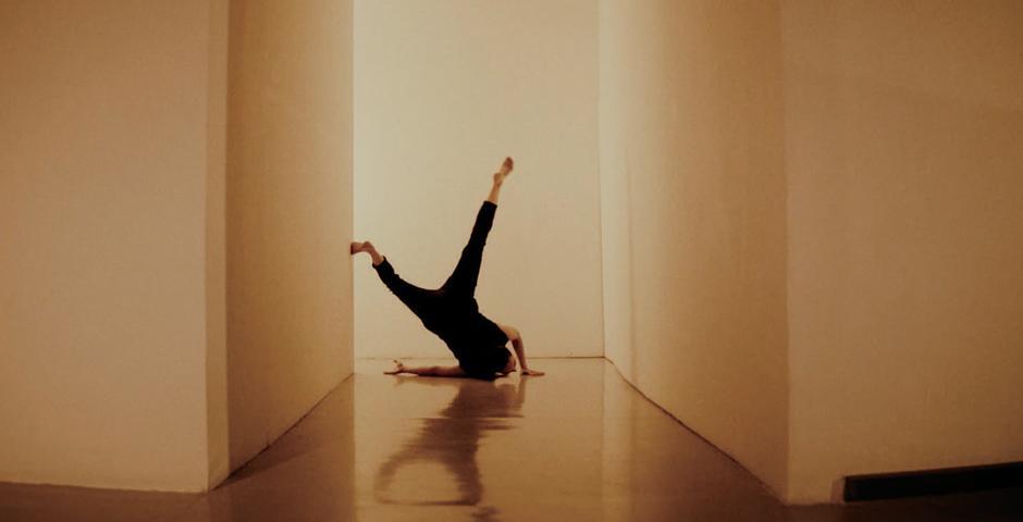 受画家郑重宾作品《被消耗掉的几何状》启发,罗红玫编舞的舞蹈在上海当代艺术馆展出,舞者为 Anneliese Charek。
