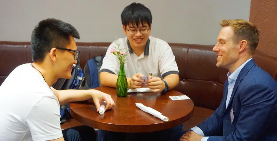 5月11日,纽约大学校友导师项目的感谢晚宴上,31名来自各领域的校友导师与其指导的学生齐聚一堂,共庆本学年完美收官。该项目由职业发展中心和校友关系办公室共同设立。(摄影:NYU Shanghai)