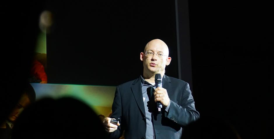NYU Shanghai Professor Clay Shirky addressed an audience of about 300 in the southwestern Chinese city of Chengdu on the social and economic effects of knowledge sharing. In a public talk on May 6 organized by Luxelife magazine, Shirky explained that sharing,  especially through social media, can be effective and powerful in creating community bonds, improving clarity and reducing transaction costs. (Photos courtesy: Luxelife)