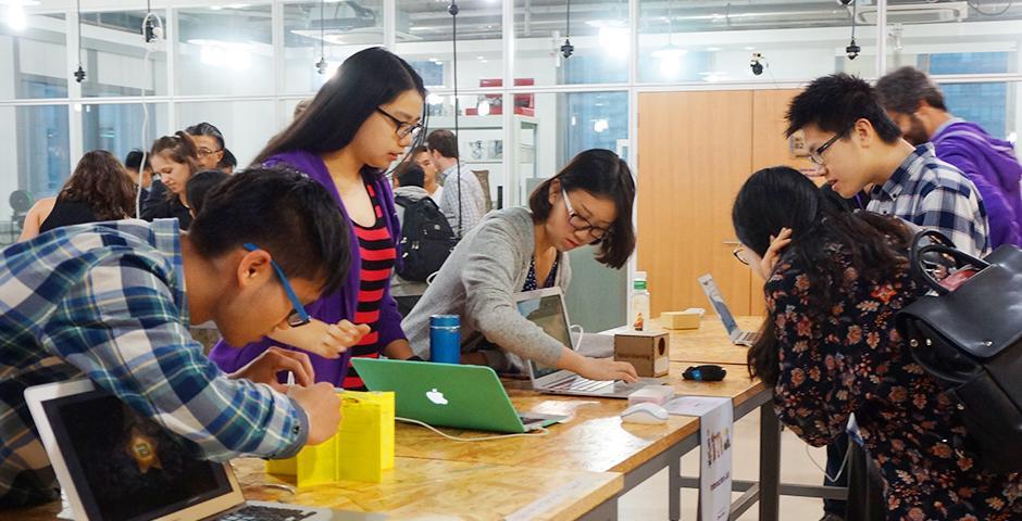 虚拟现实、无人摄像、动画、纸艺......5月13日晚,互动媒体艺术课程的同学们在八楼实验室里捣鼓了很久的大作终于面世!给四面八方赶来的看客们发福利啦!(摄影:上海纽约大学)