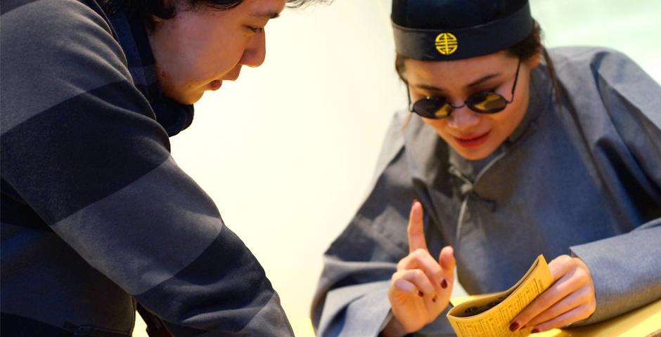 """庆鸡年元宵,2月15日,上海纽约大学举办了别开生面的元宵节活动。装饰颜色各异的元宵灯,用毛笔在纸上写下""""福""""字,同学们再次体验到中国传统文化之美。(摄影:NYU Shanghai)"""