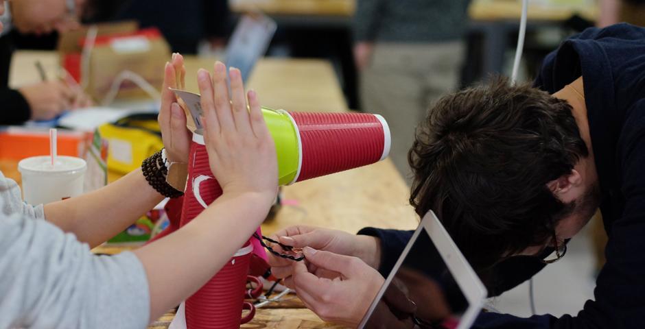 """3月10日,互动媒体艺术专业的同学,在一场""""愚蠢宠物恶作剧""""的活动中展示了各自作品。应用课堂所学技能,创建出简易的交互式设备。从会跳舞的饺子,到手汗探测器,令人忍俊不禁。(Photo by: NYU Shanghai)"""